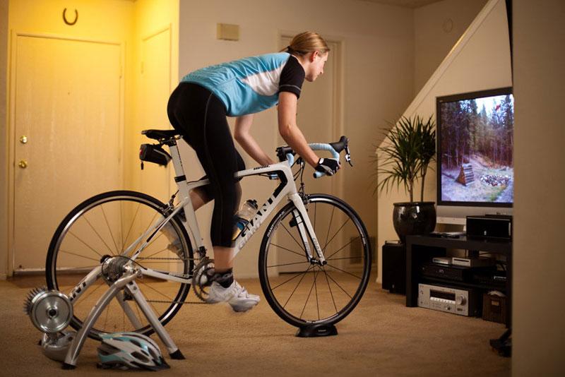 Entrenamiento en casa con rodillo o cómo subirse a la bici sin salir de casa