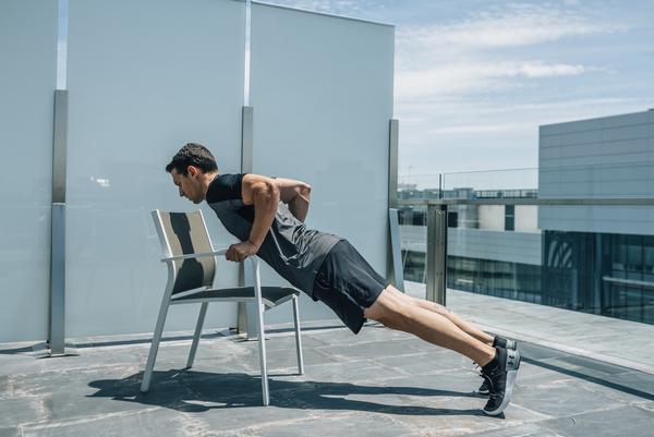 Entrenar con sillas. Paso 3
