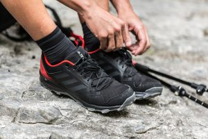 zapatillas y bastones de monte
