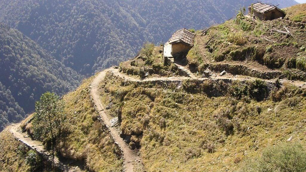 montaña caminos zig zag