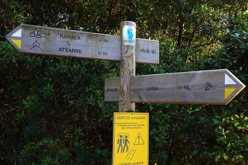 Primera indicación Hasta la cima del monte Atxarre