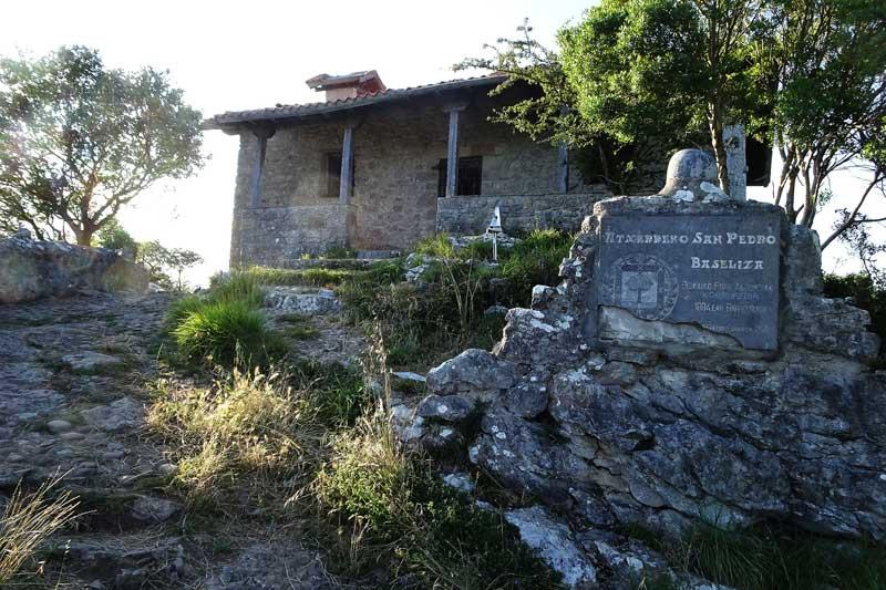 Hasta la cima del monte Atxarre: Ermita de San Pedro