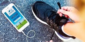 Movil y zapatilla de correr