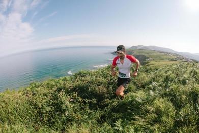 hombre corriendo trail running por acantilados