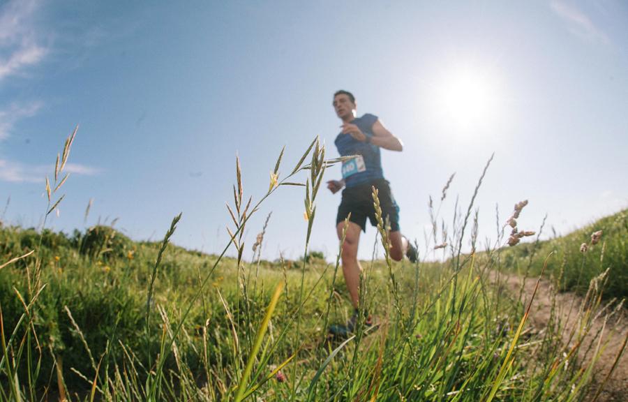 corredor de trail running por un sendero