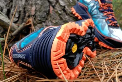 Zapatillas de trail running apoyadas en el suelo