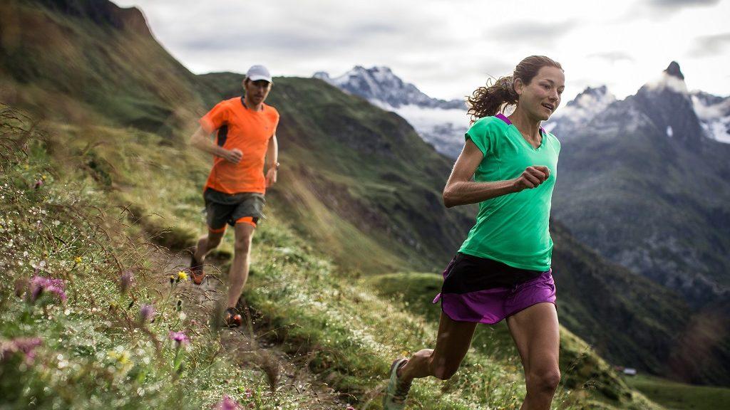 Corredores de Trail por sendero en Alpes