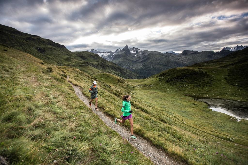 Runners por sendero de montaña en Alpes
