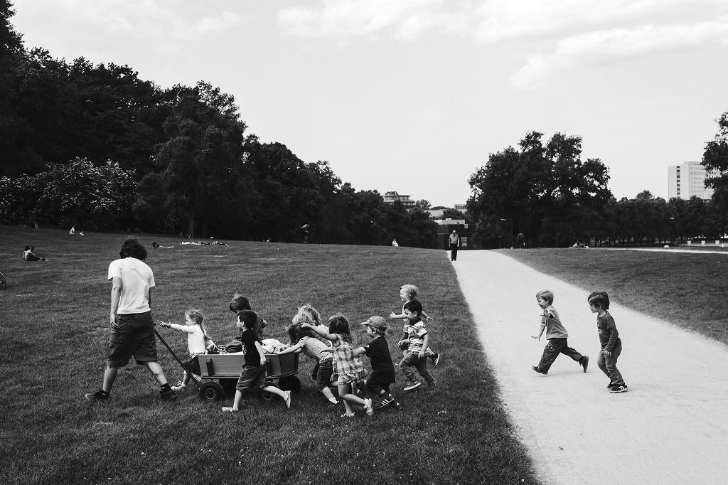 Niños corriendo por un parque