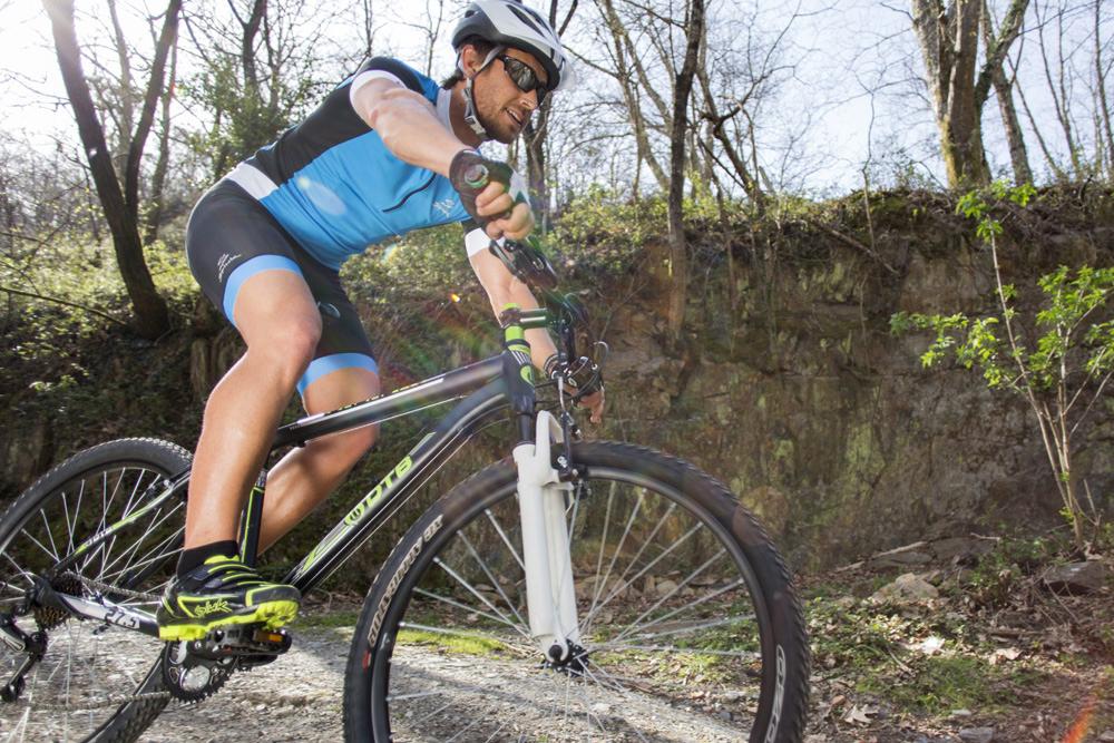 Ciclista entrenando en mountain bike