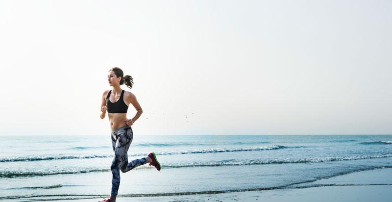correr por la orilla del mar